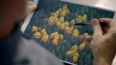 {S}03.{E}07: Nazi-Frevel im Wald