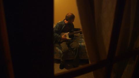 {S}01.{E}02: Die besessene Gitarre