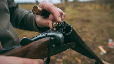 {S}03.{E}16. Hunter's Target