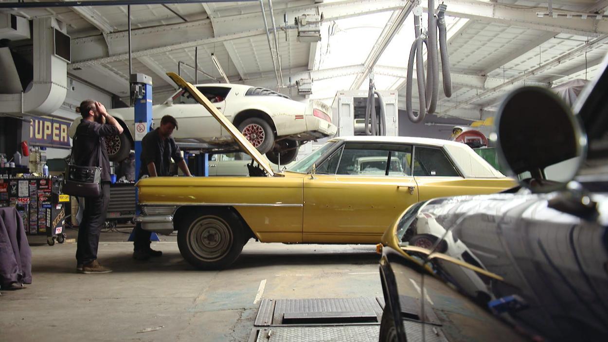 {S}01.{E}02: 64er Cadillac Coupé DeVille