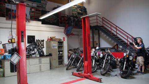 {S}01.{E}06: Die Motorradwerkstatt