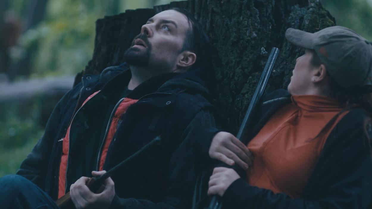 {S}01.{E}11: Allein im Wald