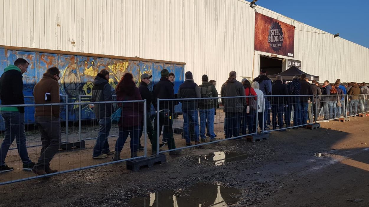 Steel Buddies Auktion: Hunderte warten auf den Einlass
