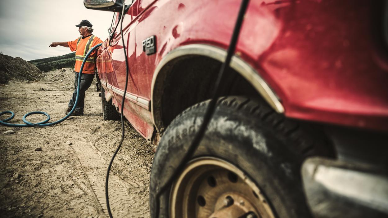 Goldrausch am Yukon: Mit schweren Autos unterwegs im Schlamm