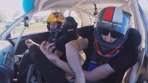 {S}01.{E}07. Aaron fährt Rallye