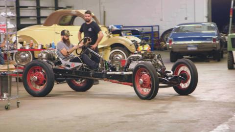 {S}01.{E}11. Model A-Dragster oder Harley