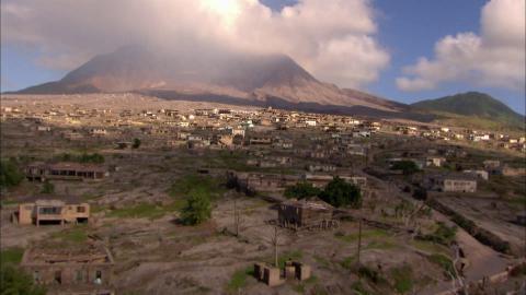 {S}02.{E}02: Gestrandet auf der Vulkaninsel