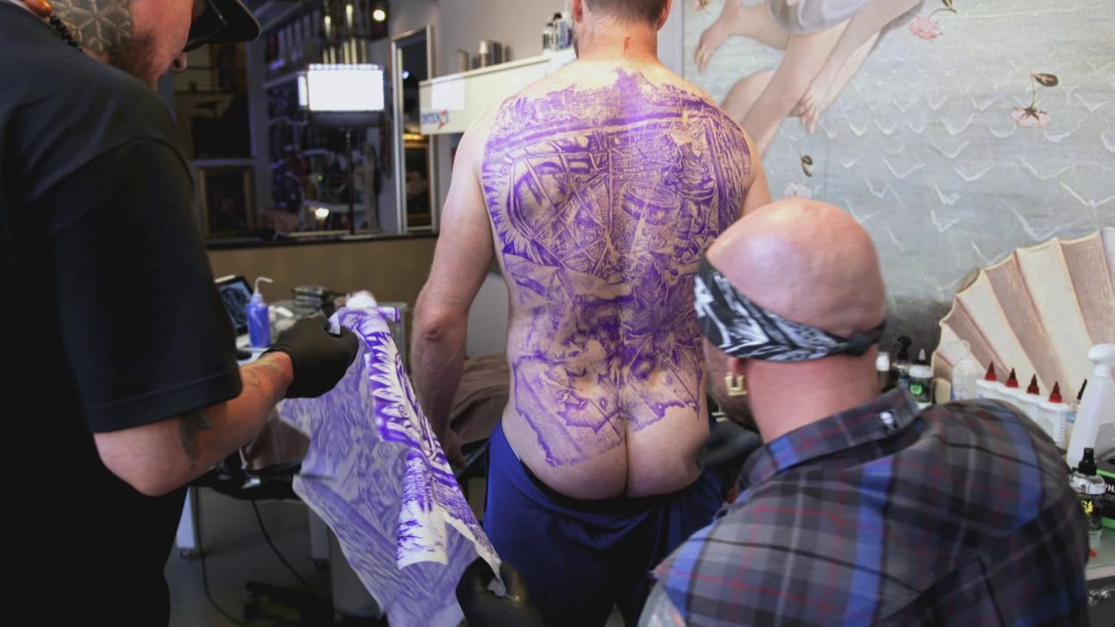 {S}01.{E}16: Tattoo - Randy sticht zu