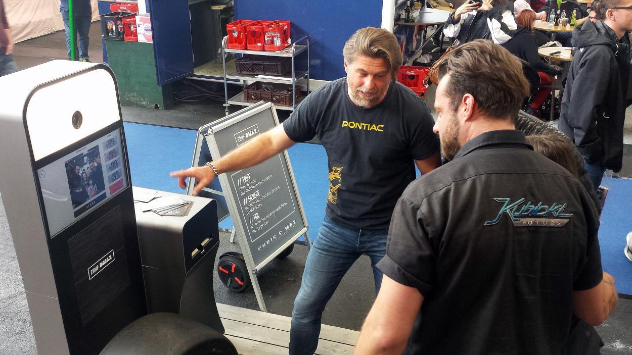 Tuning World Bodensee: Chris & Mäx am Fotoautomaten