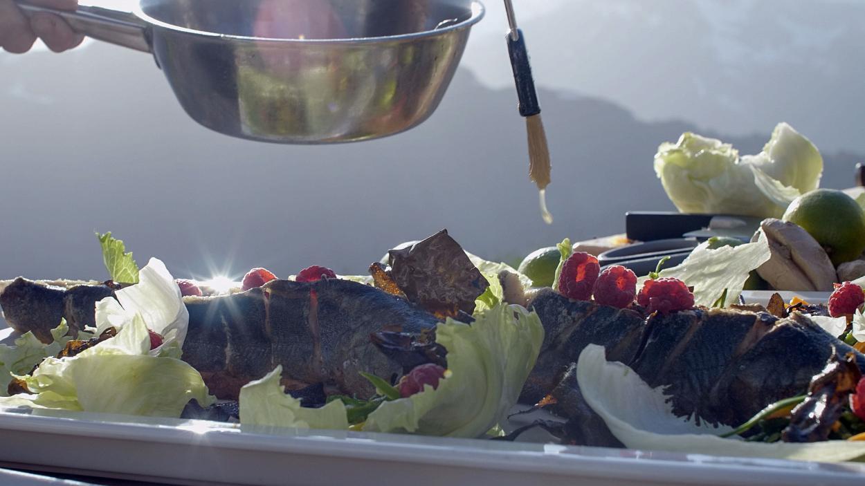 Rezept aus Folge 2: Asia-Saibling an Römersalatblättern