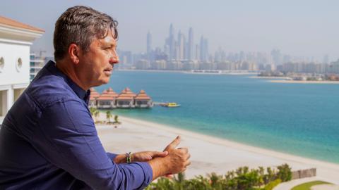 {S}01.{E}02. Dubai Emirati